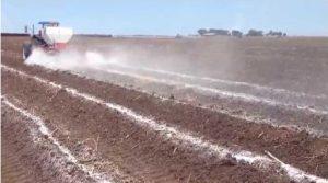 Aportación de enmiendas cálcicas sobre suelo para cultivo agrícola